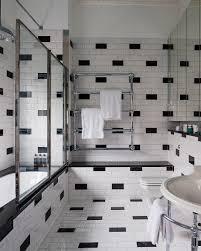 schwarz weiß gefliestes badezimmer im bild kaufen