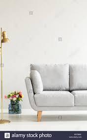 weiß elegantes wohnzimmer einrichtung mit bunten blumen