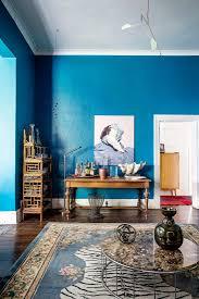 wohnzimmer mit blauer wand und möbeln im bild kaufen