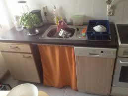 wie vorhang an einer arbeitsplatte in der küche befestigen