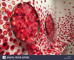 blumen aufkleber in einem badezimmer als kunst installation
