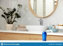 tick deodorant am tisch im badezimmer stockbild bild