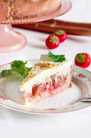 rhabarbertorte mit erdbeeren zitronenmelisse und puddingcreme