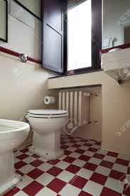 schachbrett badezimmer weiß und rot