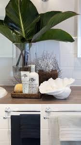 Seaside Bathroom Decorating Ideas by Best 25 Tropical Bathroom Decor Ideas On Pinterest Tropical