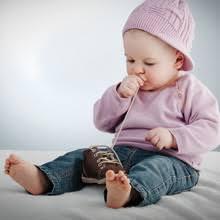 a quelle age bebe tient assis