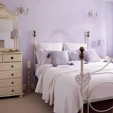 helle farbnuancen schlafzimmer einrichten in fliederfarbe
