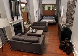 schmales wohnzimmer einrichten dunkler holzboden grau moebel