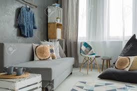 new style wohnzimmer in grau mit sofa stuhl sack sitzen und diy möbel