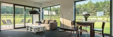 einfache wohn und esszimmer kombination geräumiger innenraum mit fenster wandsystem panorama