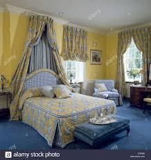 gelbe blau gemusterte abdeckung auf bett mit passenden
