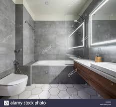 modernes badezimmer mit grauen und weißen fliesen es gibt