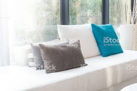 kissen auf sofa dekoration im wohnzimmer stockfoto und mehr bilder behaglich