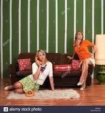 junge frauen im wohnzimmer stockfotografie alamy