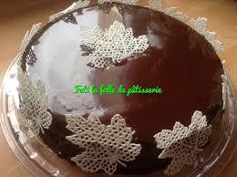 decoration patisserie en chocolat le tout chocolat et ses feuille blanche fati la folle de