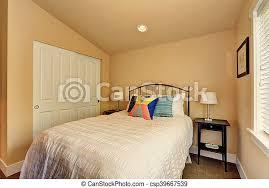 kleines schlafzimmer mit weißem bett und schrank nordwest