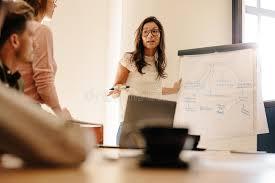 bureau conseil d administration femme d affaires pendant la présentation dans la salle du conseil