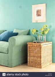 türkis wohnzimmer mit grünem sofa stockfotografie alamy