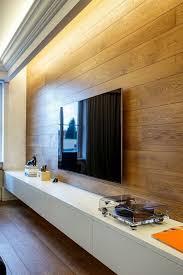 indirekte beleuchtung und wandpaneel aus holz im wohnzimmer