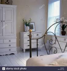 weiss lackiert kleiderschrank und kommode in blass beige