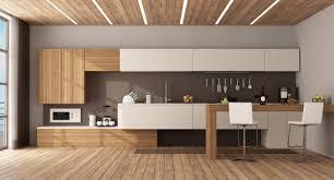 weiße und hölzerne küche mit halbinsel und hockern premium