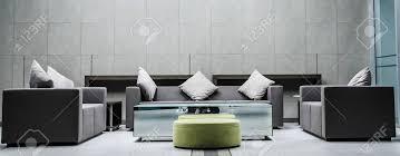 idee des zeitgenössischen wohnzimmers kombinierte wanddekoration wohnzimmer mit dunklen möbeln und hellem holztisch