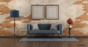 foto auf lager wohnzimmer mit blauem sofa und alter ziegelwand