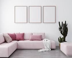 stilvolles interieur des hellen wohnzimmers mit rosa sofa