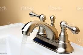 wasser fließt aus gebürstetem nickel porzellan wasserhahn am waschbecken im badezimmer stockfoto und mehr bilder 5 cent stück