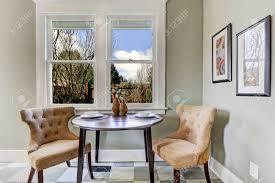 kleine essecke in der küche raum blick auf serviert runden tisch mit braunen stühlen