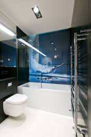 wirkungsvolle fototapete hinter glaswand im bad neben der