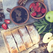 strudel mit äpfeln und erdbeeren stockfotografie