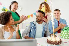 equipe bureau collègue de salutation d équipe à la fête d anniversaire de bureau