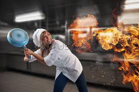 köchin macht sich sorgen weil die küche brennt foto