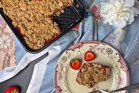 erdbeer rhabarber schnitten mit haferflocken crunch backen