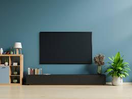 smart tv an der dunkelblauen wand im wohnzimmer premium foto