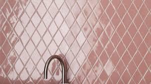 großer decocrush für dieses badezimmer mit rosa fliesen