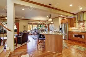 offene grundriss zwischen den mit wohnzimmer küche und essbereich parkett und ledersessel