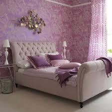 deko element an der wand und lila gardinen und wandfarbe im