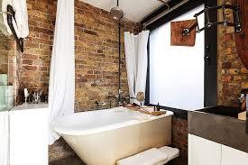 kleine und moderne badezimmer mit badewanne in industrial