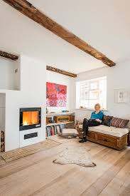 helles wohnzimmer mit holzboden und bild kaufen