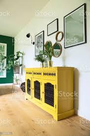 sonnige und helle wohnzimmer mit design kommode bilderrahmen und pflanzen stockfoto und mehr bilder antiquität