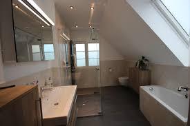 bad mit schräge dusche und wanne modern badezimmer