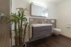bad referenzbad marmor und holz beleuchteter spiegelschrank