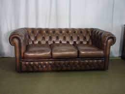 canap chesterfield but canapé chesterfield en cuir marron clair helen antiquites com