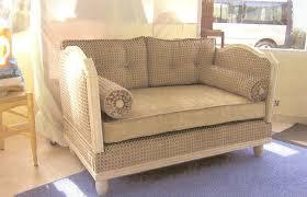 lit transformé en canapé les lits de repos revisités la déco à façon artisan tapissier