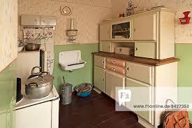küche um 1960 links eine elektrische waschmaschine museum