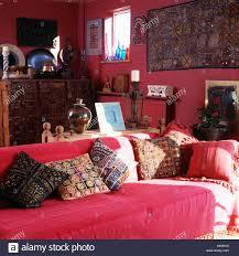 bestickte indische kissen auf sofa mit roten wurf in rot