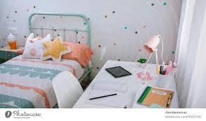 mädchenzimmer in pastellfarben dekoriert ein lizenzfreies