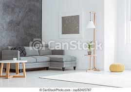 weißes wohnzimmer grauer akzent seitenwinkel des weißen